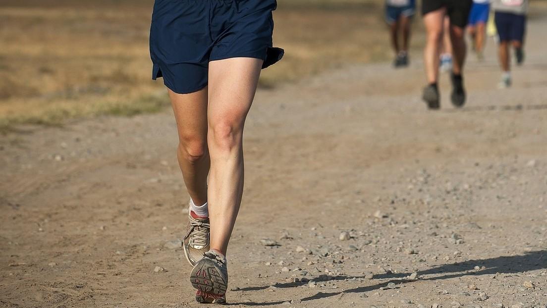 Una niña usa 'zapatillas' para correr hechas con vendajes y gana tres medallas de oro (FOTOS)