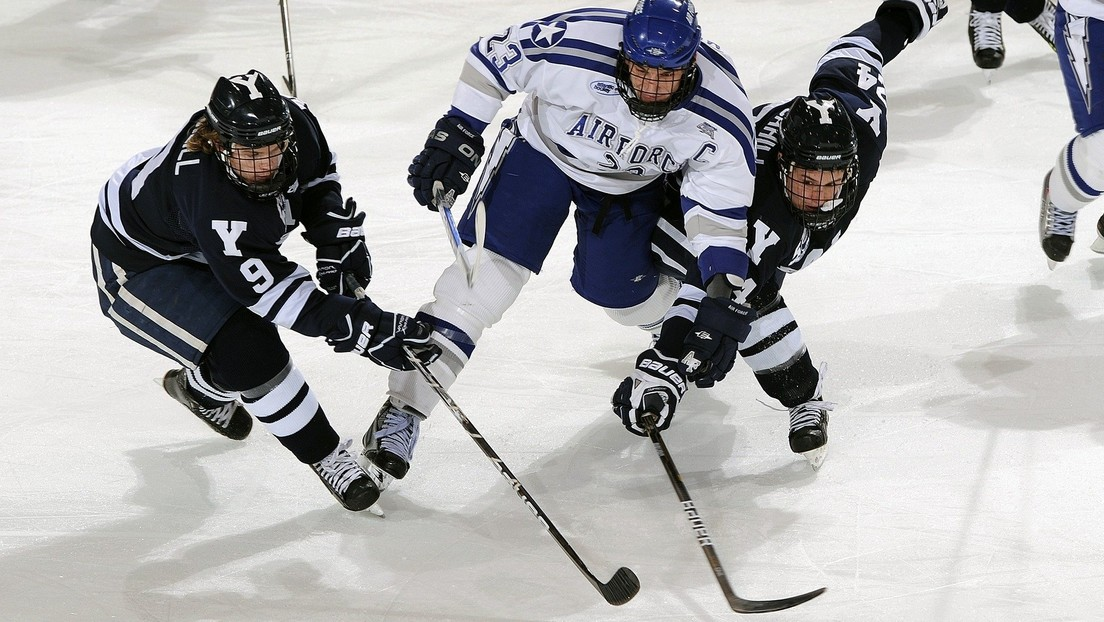 Terrible lesión durante partido de hockey sobre hielo: al portero casi le cortan la pierna con un patín (VIDEO, FOTO)