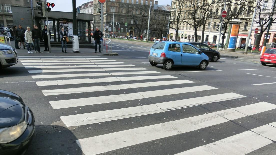 VIDEO: Niño patea con furia un auto que lo atropelló junto a su madre en un cruce peatonal