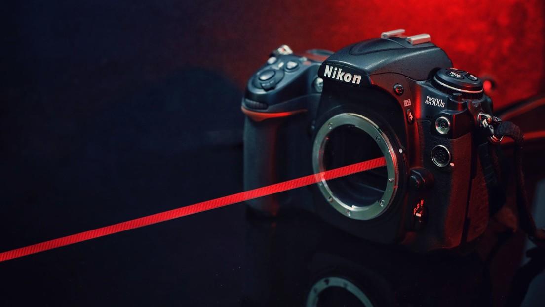 Un 'youtuber' compra en Internet un láser tan poderoso que agujereó el sensor de su cámara