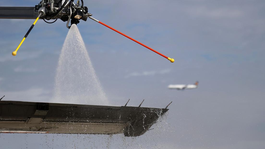 Un auxiliar de vuelo previene un 'potencial desastre' al detectar hielo en las alas de un avión a punto de despegar