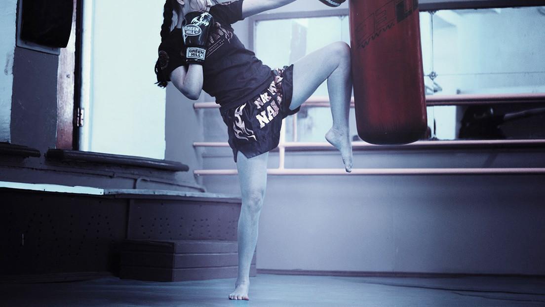 VIDEO: Una luchadora de 58 años de kick boxing noquea brutalmente a una rival de 21