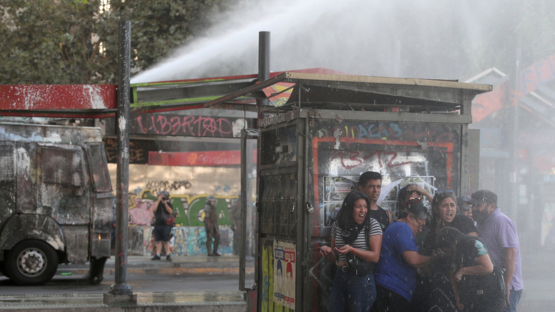 Carabineros disuelven con gases lacrimógenos a los participantes de una protesta pacífica en Santiago de Chile