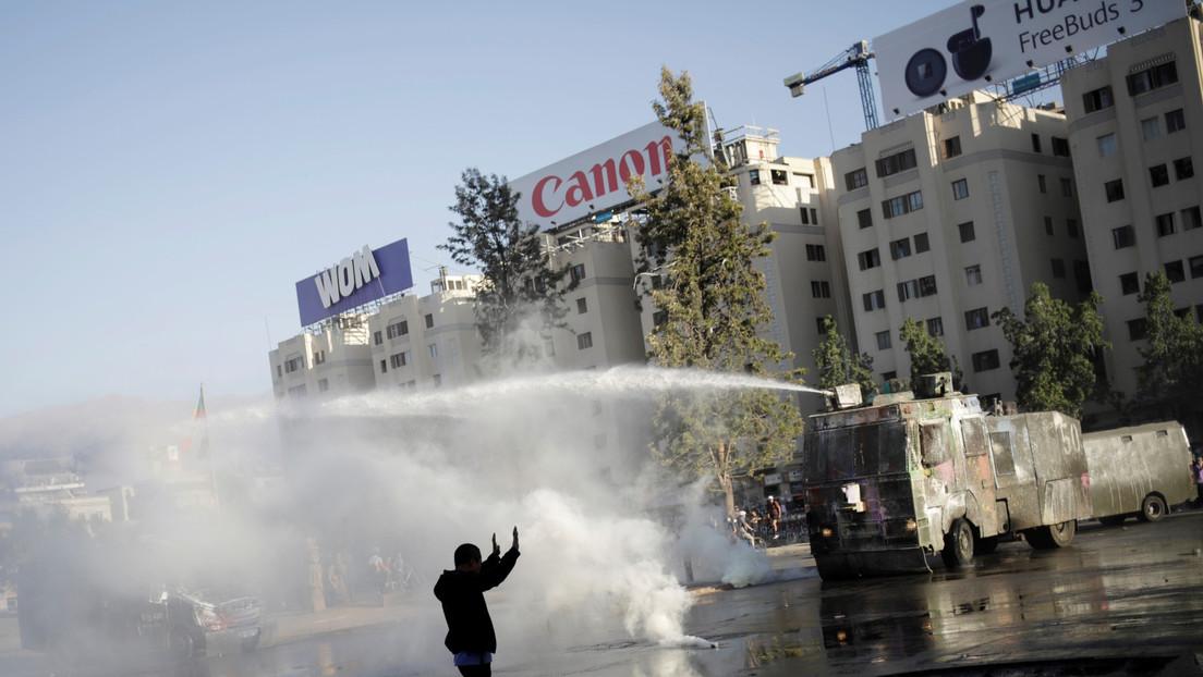 """""""Ni siquiera está en los manuales"""": Carabineros de Chile desmienten un informe que les acusa de emplear soda cáustica en los carros hidrantes"""