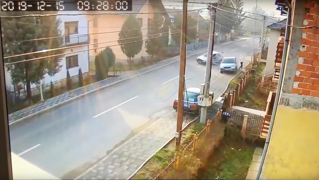 VIDEO: Un hombre se salva por los pelos de ser arrollado por dos coches que chocaron
