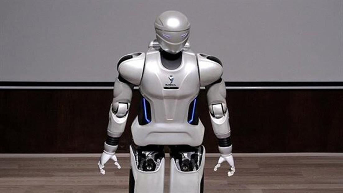 Ingenieros iraníes presentan un robot androide que reconoce rostros, habla y juega al fútbol (VIDEO)