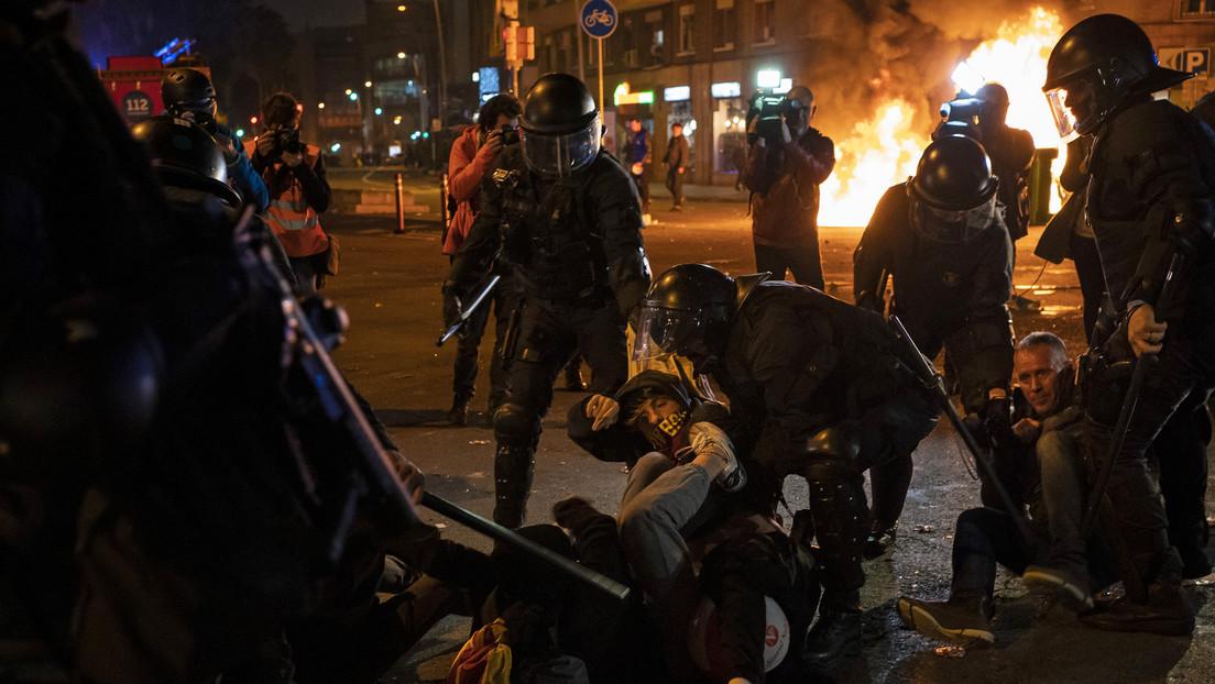 VIDEOS: Decenas de heridos y varios detenidos luego que manifestantes independentistas generaran disturbios fuera del Camp Nou durante el 'Clásico'