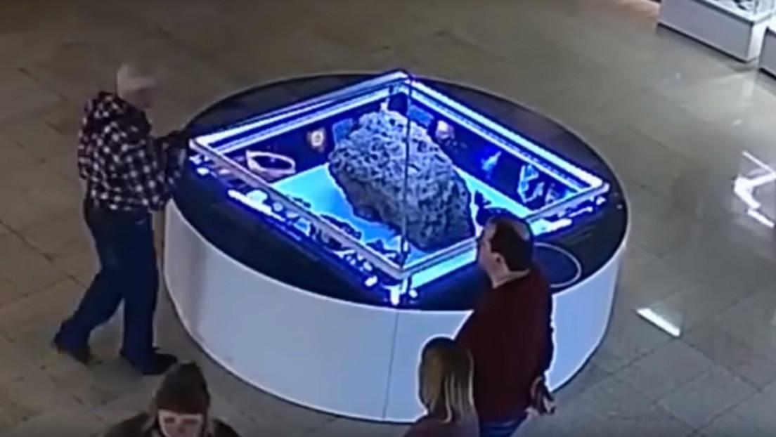 VIDEO: Vitrina que cubre un fragmento del meteorito de Cheliábinsk en un museo 'levita' por sí sola (y nadie puede explicarlo)