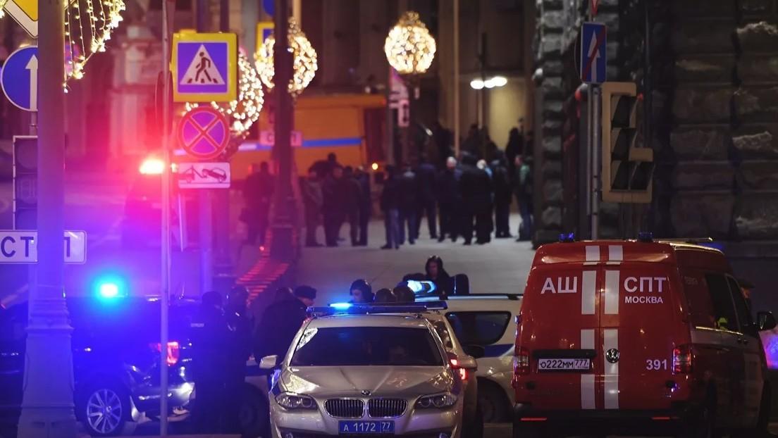Un hombre abre fuego cerca del edificio del FSB en Moscú, un oficial muere y al menos dos agentes presentan heridas graves