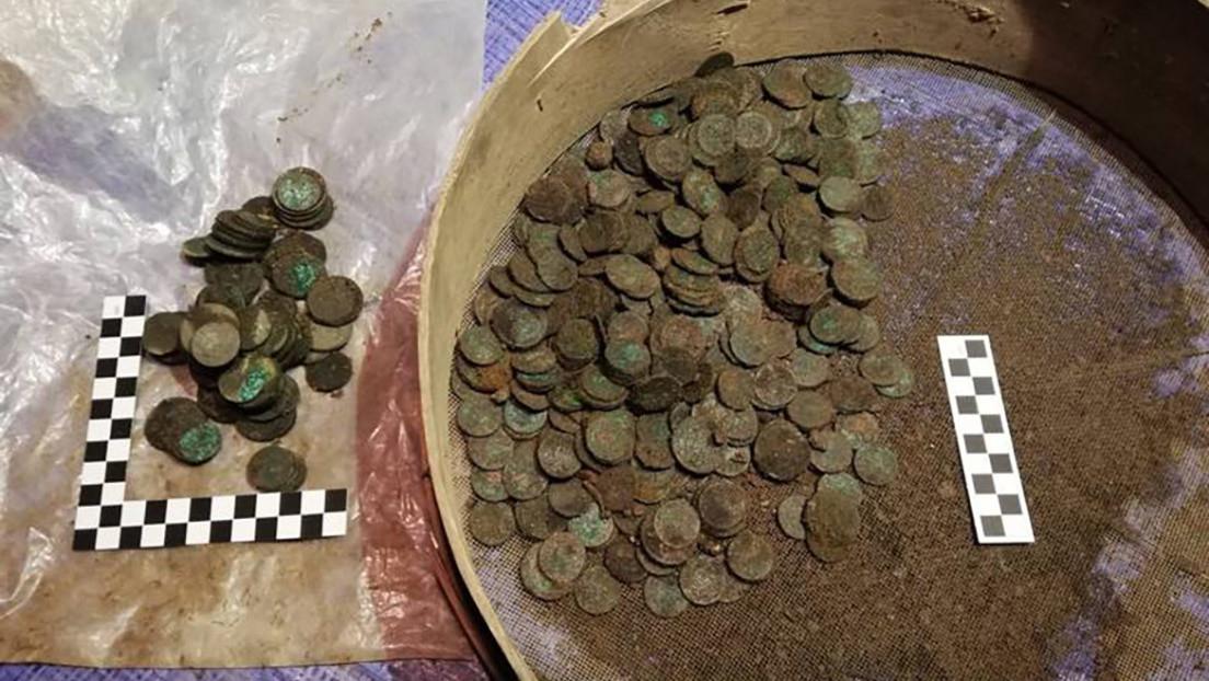 FOTO: Encuentran un tesoro de miles de monedas del siglo XVIII, valorado en más de medio millón de dólares durante unas obras en Polonia