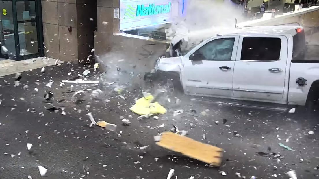 VIDEO: Una camioneta irrumpe en la sala de recogida de equipaje de un aeropuerto de Florida