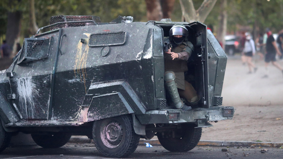 """Un carro de Carabineros empotra a un manifestante contra otro vehículo y dicen que fue """"un accidente de tránsito"""""""