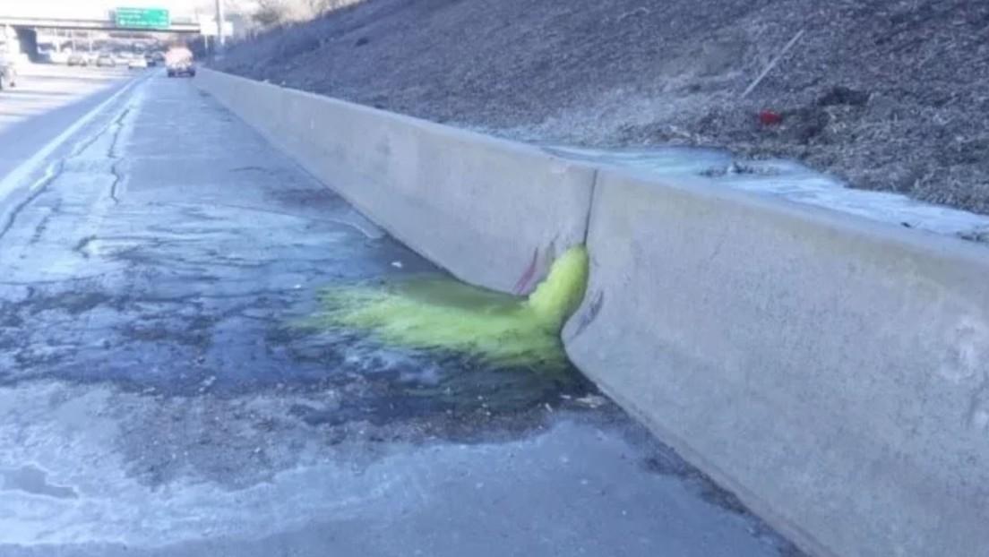 FOTO: Una sustancia altamente tóxica y cancerígena se derrama por una carretera en EE.UU.