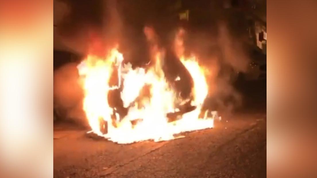 VIDEO: Asaltantes incendian el auto de un empleado del Consulado de Turquía en Grecia