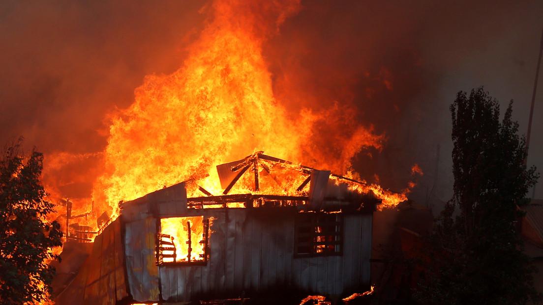 Chile: Alerta roja por un voraz incendio forestal en Valparaíso que afecta a cien viviendas