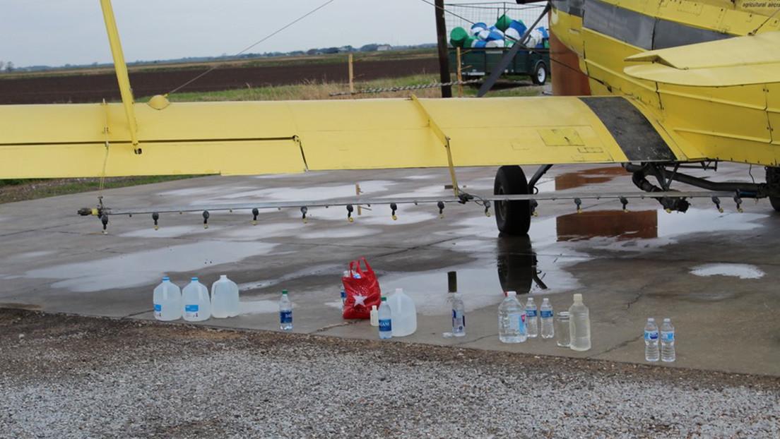 Lanzan cientos de litros de agua bendita desde una avioneta en una ciudad de EE.UU.