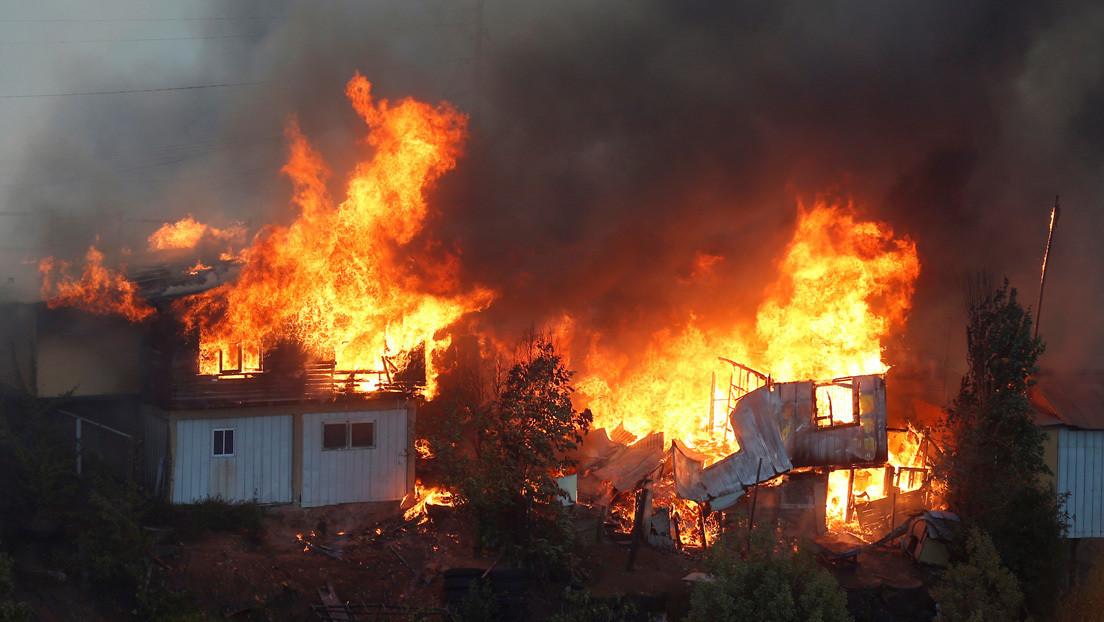 Autoridades ven intencionalidad en un incendio en Chile que consumió 150 casas