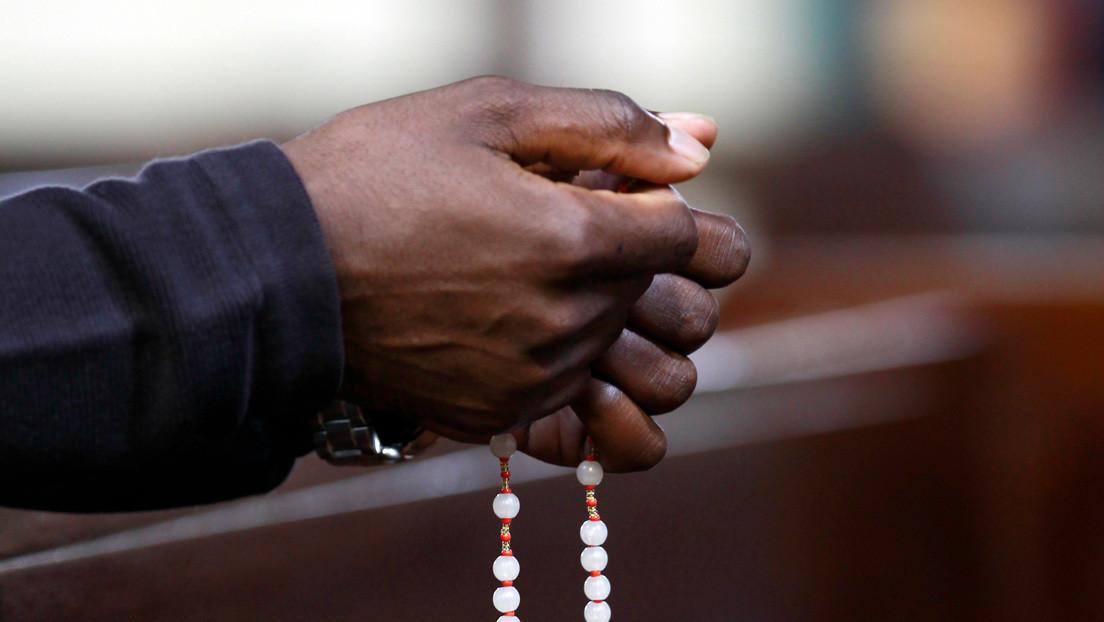 VIDEO: Un pastor invita a los fieles a beber el agua en que se bañó y estos obedecen para recibir bendiciones
