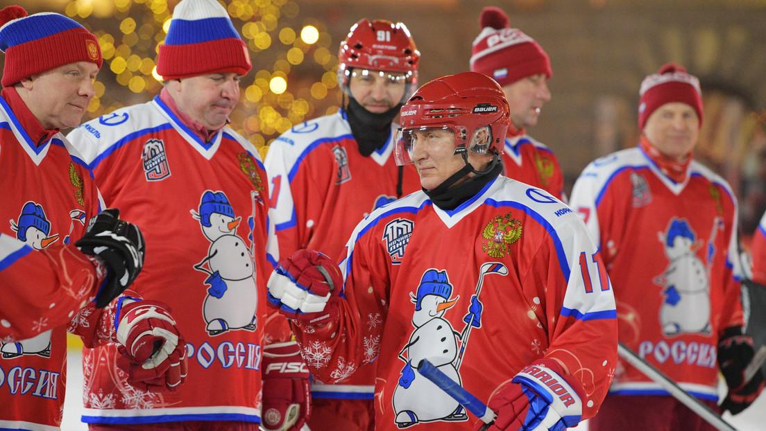 VIDEO: Putin juega en la Plaza Roja un partido de hockey de la Liga Nocturna