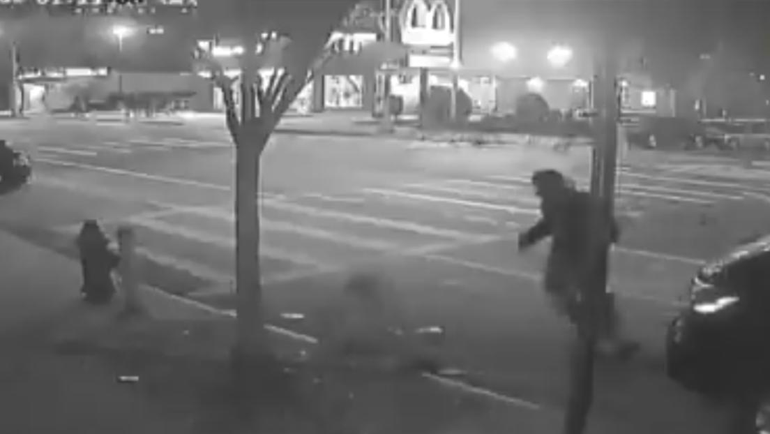VIDEO: Un grupo de asaltantes golpea a dos hombres y logran robar solo 1 dólar