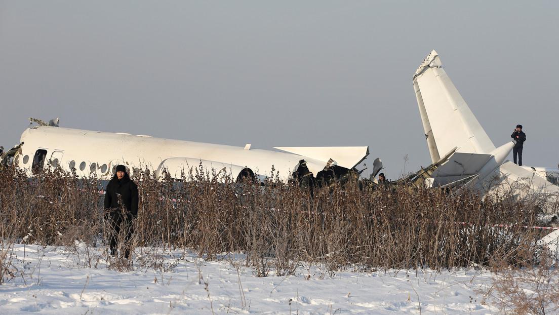 Un video muestra labores de rescate junto al ala del avión siniestrado en Kazajistán