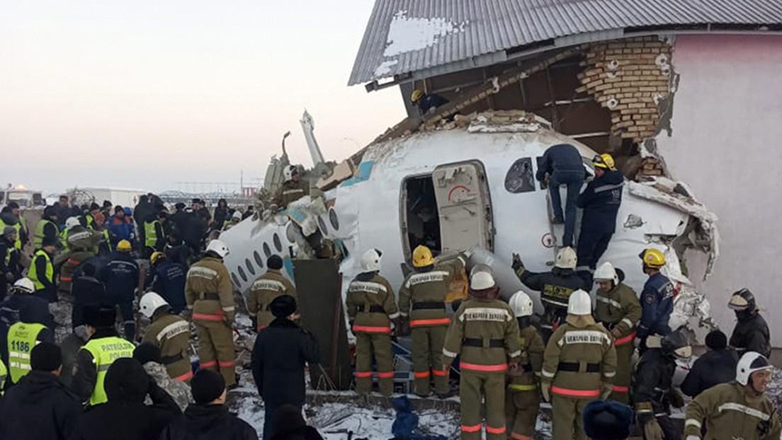 VIDEO, FOTOS: Primeras imágenes desde el lugar del siniestro de un avión de pasajeros en Kazajistán