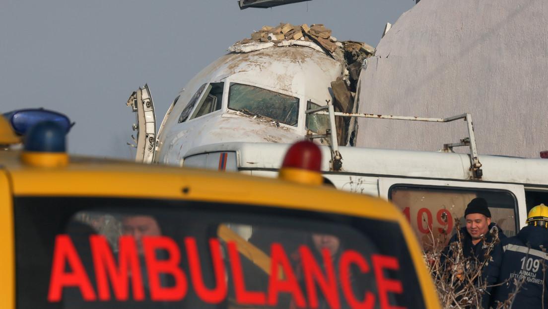VIDEO: El momento en que un policía salva a un bebé del avión accidentado en Kazajistán