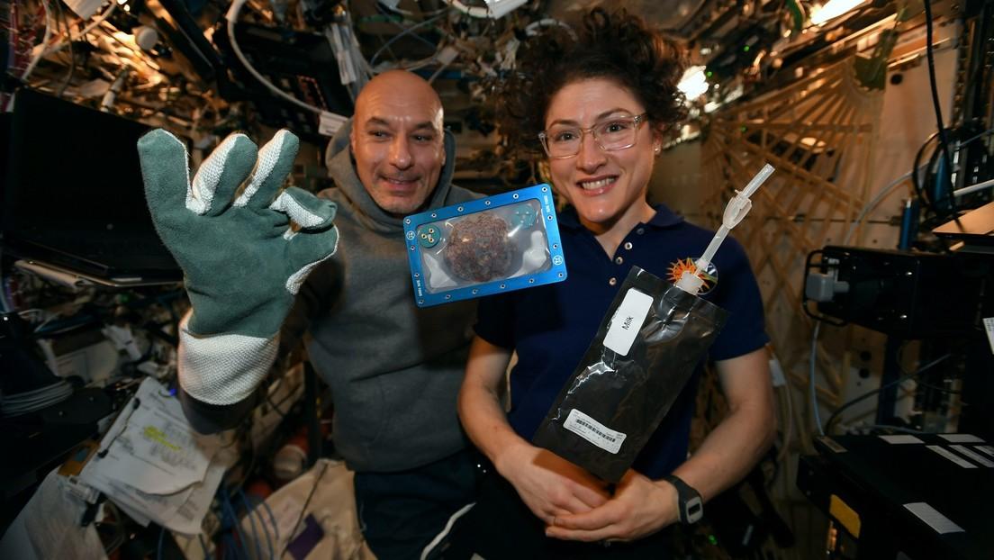 Astronautas hornean la primera galleta de Navidad a bordo de la EEI (pero no podrán comerla)
