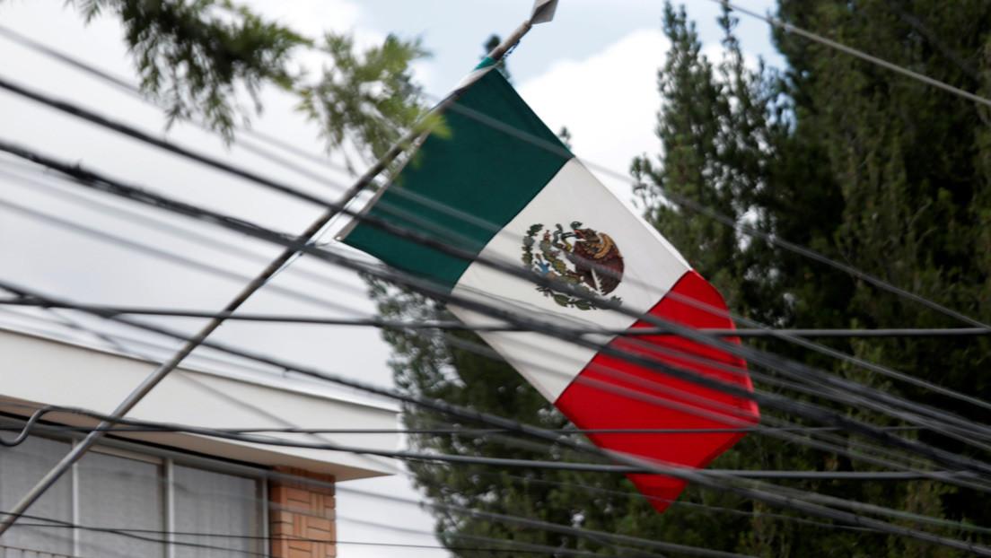 Policías de Bolivia detienen vehículo de diplomática española que ingresó a la Embajada mexicana en La Paz