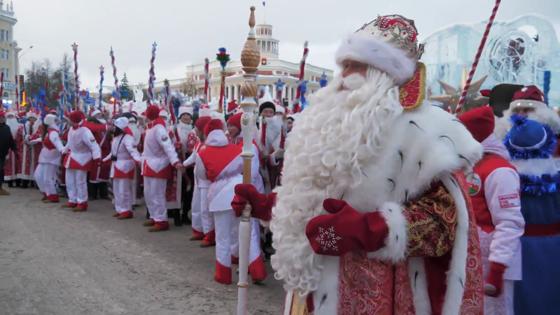 VIDEO: Cientos de Papás Noel establecen un nuevo récord de Rusia en el desfile de Año Nuevo en Kémerovo