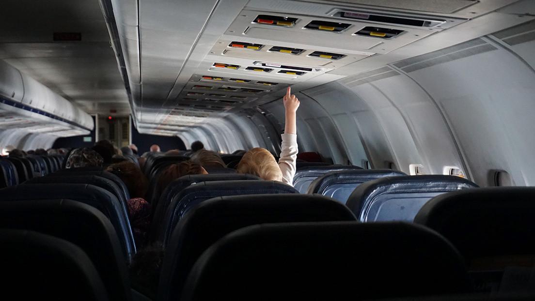 Una mujer sufre un derrame cerebral en pleno vuelo y la salva su hija de 6 años