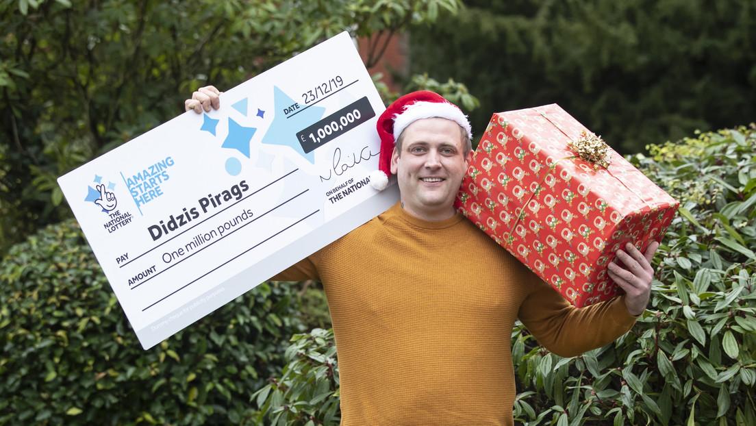 Gana más de un millón de dólares en la lotería y trabaja el día de Navidad