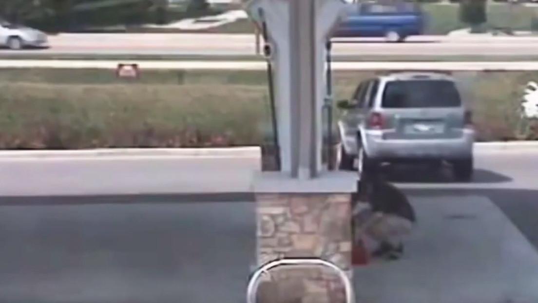 VIDEO: Un hombre se distrae y pierde su vehículo en una gasolinera