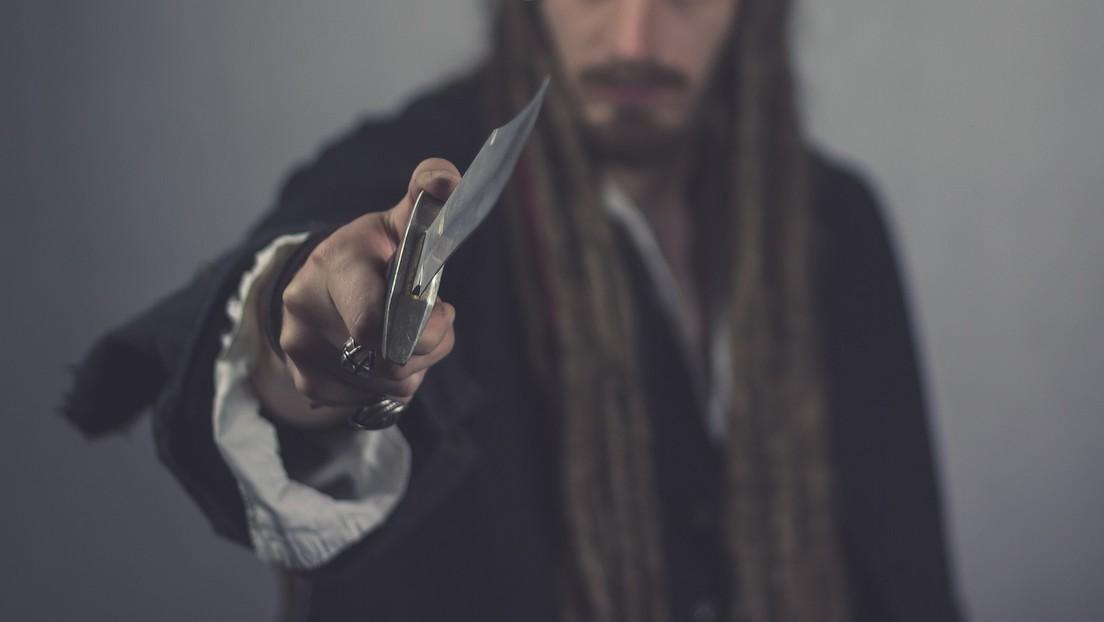 El dueño de una joyería evita a patadas que un ladrón asalte su negocio en Nochebuena