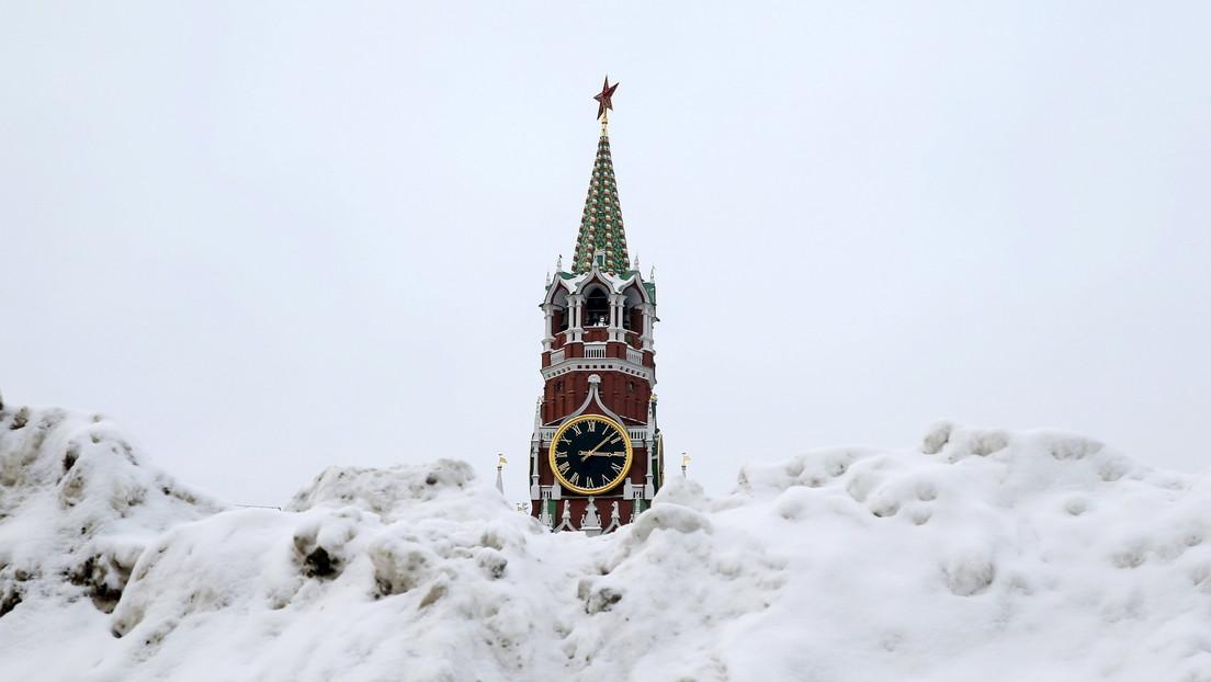 FOTOS, VIDEO: Moscú recurre a la nieve artificial para blanquear el centro en vísperas de Año Nuevo (y no es una broma)