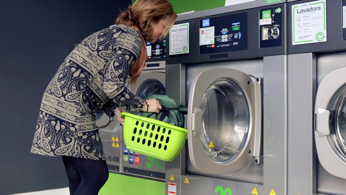 Acusan a una mujer de meter a su hijo dentro de una lavadora