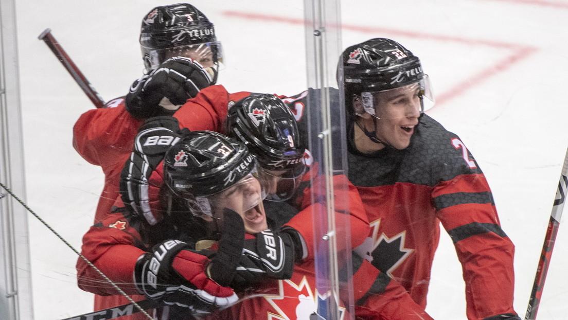 Un jugador de hockey canadiense se disculpa por no quitarse el casco durante el himno ruso