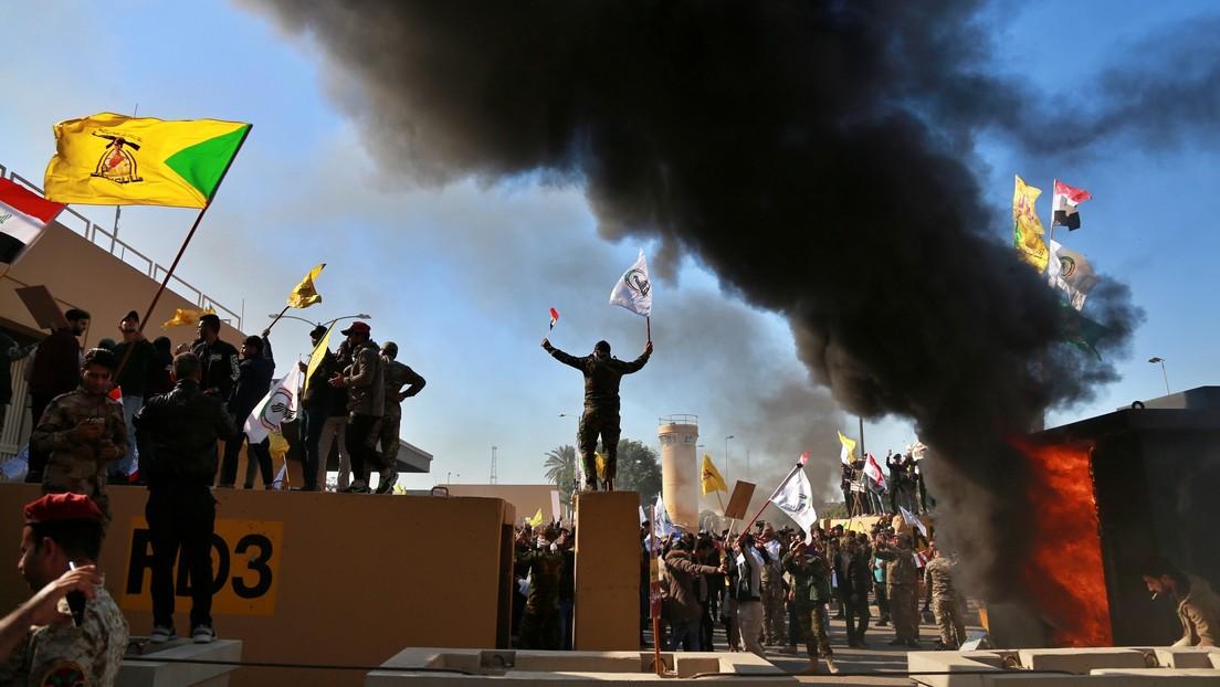 Manifestantes asaltan la embajada de EE.UU. en Irak y prenden fuego a su valla