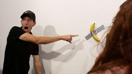 """""""Epstein no se mató"""": dejan un mensaje con pintalabios en el lugar de la banana devorada de 120.000 dólares"""