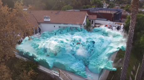 VIDEO: 'Youtubers' provocan una gigantesca y asombrosa explosión de espuma que inunda todo un patio