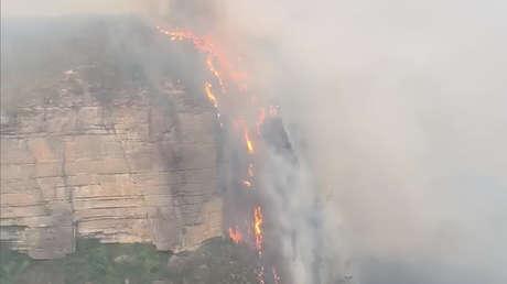 VIDEO: 'Cascada de fuego' provocada por los voraces incendios cae por unos acantilados en Australia
