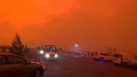 VIDEO: Más de 4.000 personas se refugian en una playa australiana mientras los incendios forestales tiñen el cielo de rojo