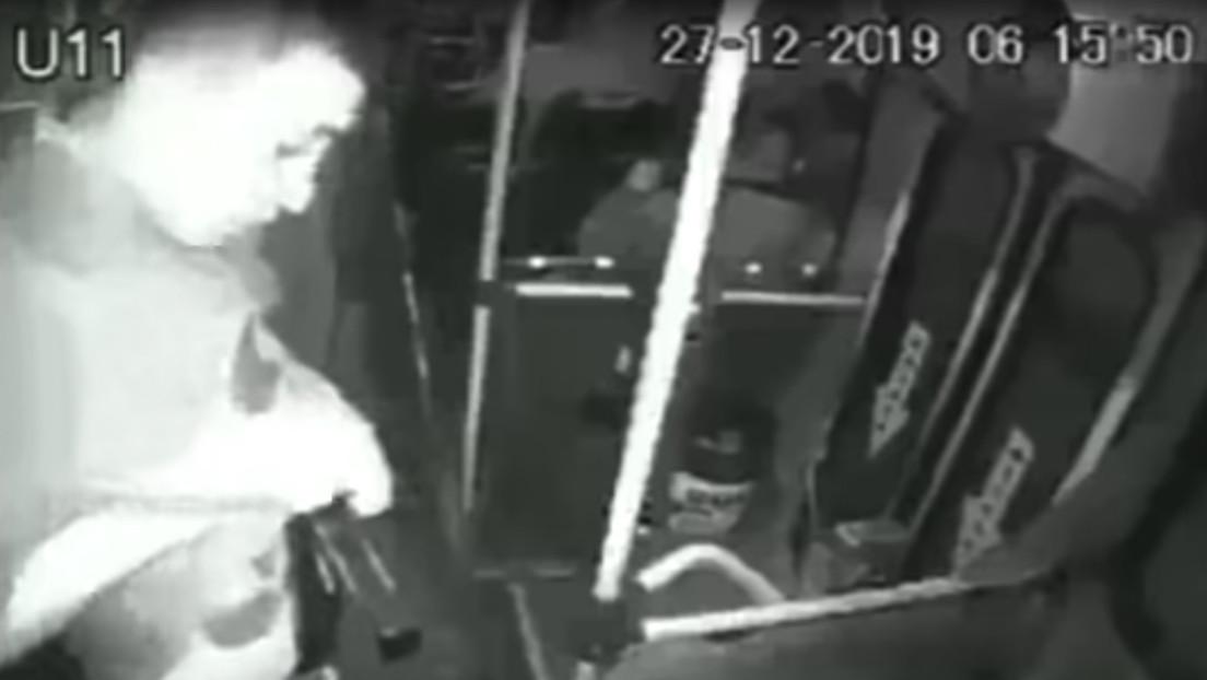 Ladrón trata de asaltar un autobús en México pero fracasa al dispararse en la pierna con su propia arma (VIDEO)
