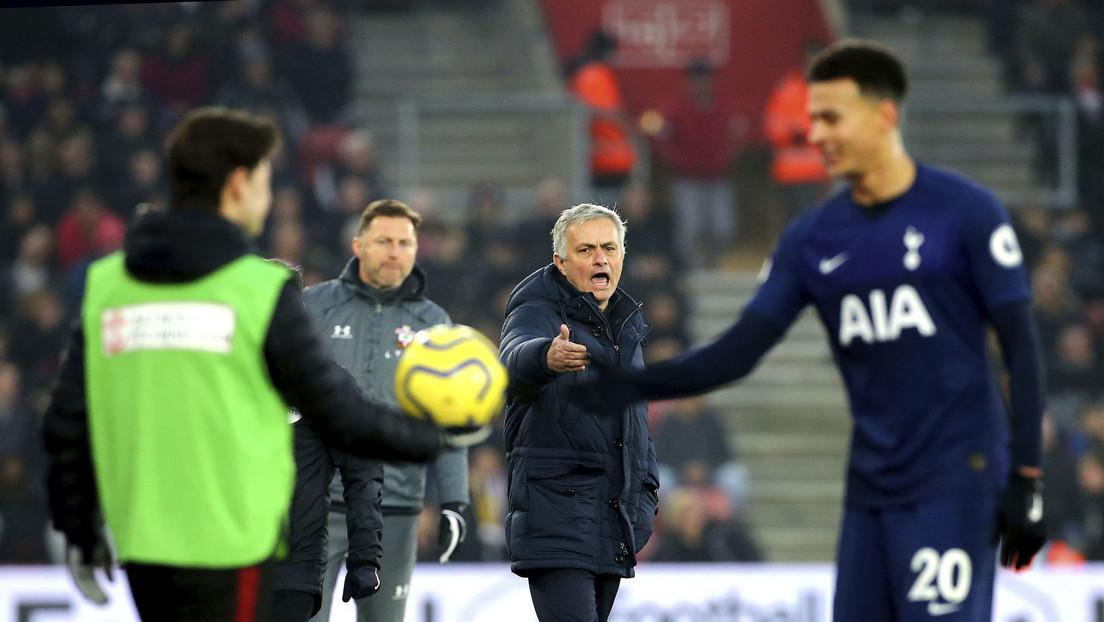 """""""Fui grosero, pero con un idiota"""": José Mourinho recibe una tarjeta amarilla tras ingresar al área técnica del equipo rival y discutir con personal"""