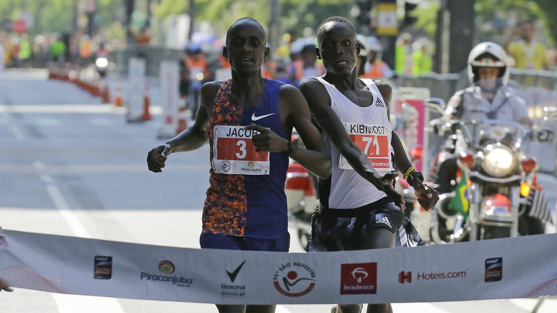 VIDEO: Un atleta celebra la victoria antes de tiempo y lo adelantan en el último segundo