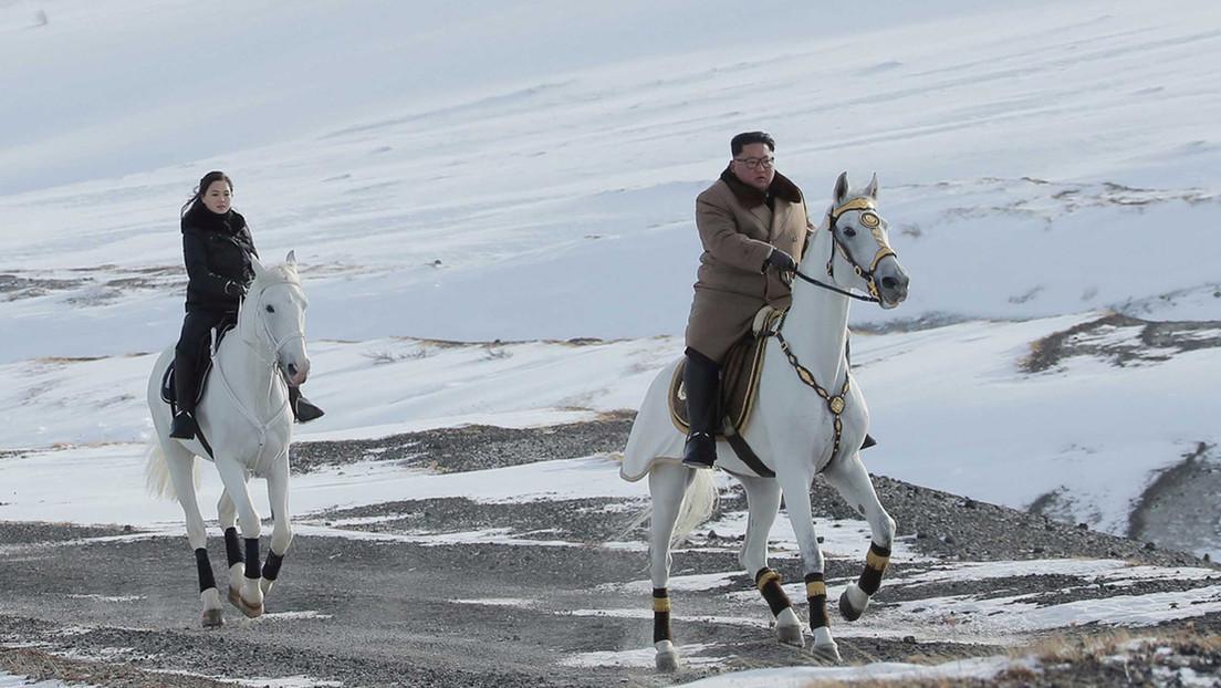 VIDEO: Kim Jong-un asciende a una montaña sagrada cabalgando un caballo blanco