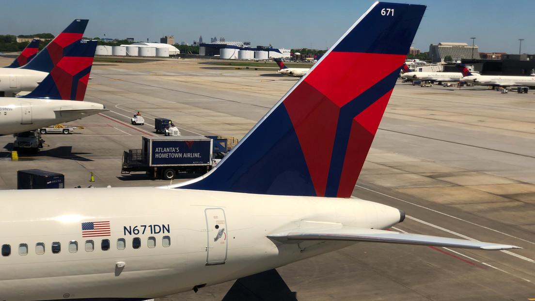Un pasajero se alarma durante despegue de avión en el aeropuerto de Ciudad de México y abre el tobogán de escape