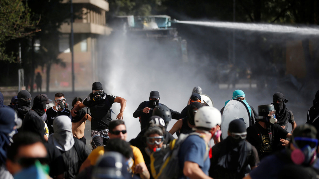 FOTOS, VIDEOS: Incendio de una iglesia, gases lacrimógenos y chorros de agua en la primera protesta antigubernamental del año en Chile