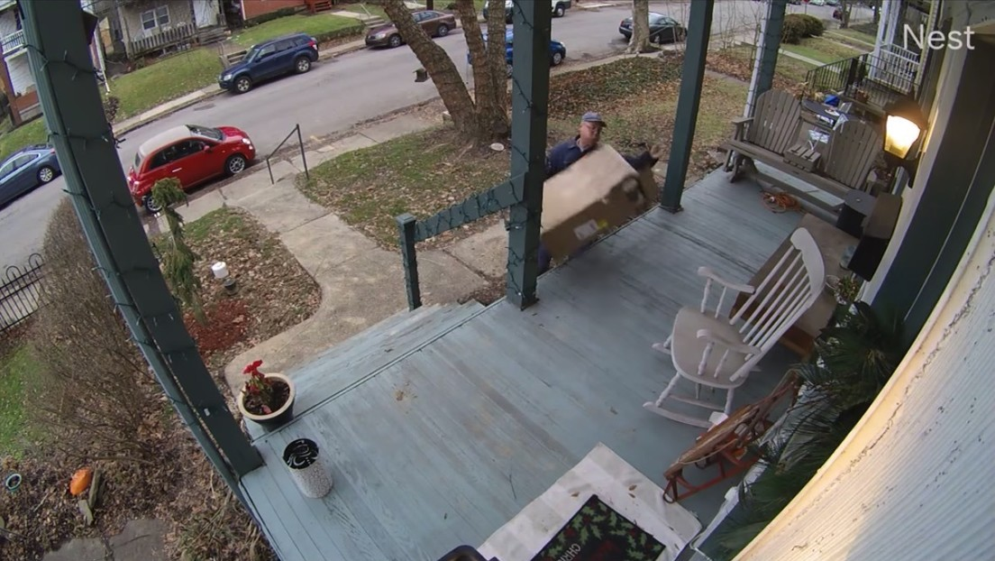 VIDEO: Captan a un repartidor que golpea a lo Ace Ventura un paquete con piezas frágiles para un ordenador