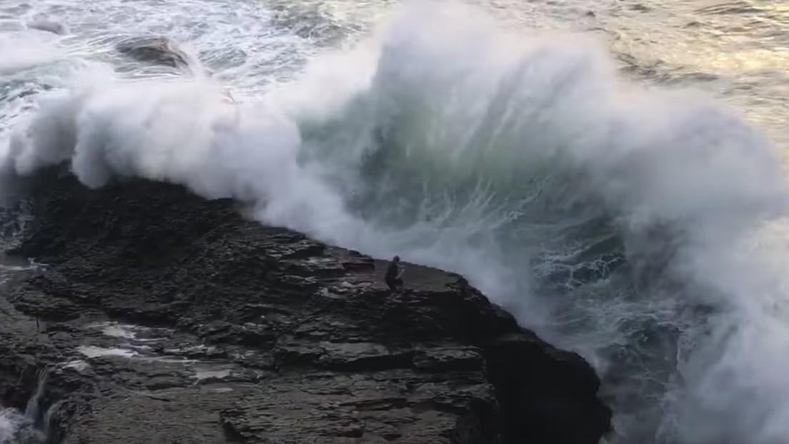 Muestran el video de una gigantesca ola arrastrando a un hombre como advertencia a los bañistas de los fuertes oleajes en California